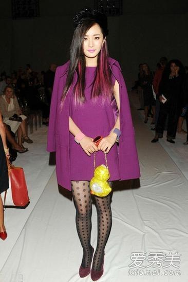 杨幂紫色大衣配波点黑丝袜亮相时装周