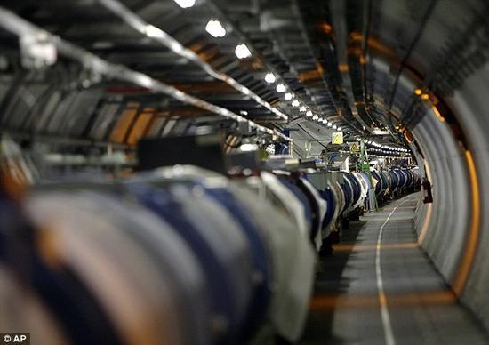 在大型强子对撞机中,科学家将原子核高速对撞,再现宇宙大爆炸后的瞬间状态。
