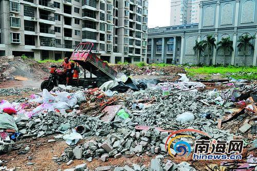 10月2日上午,海南工商职业学院学苑公馆小区1号楼前的垃圾场。本报记者古月摄
