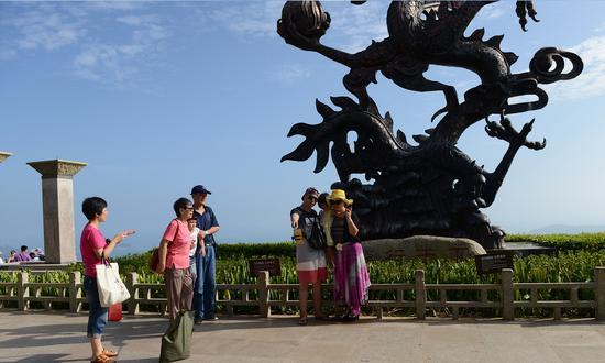 游客龙雕前合影