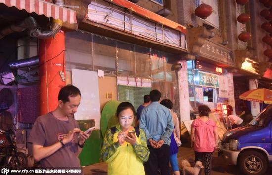 青岛宰客烧烤店成景点 游人争相参观拍照