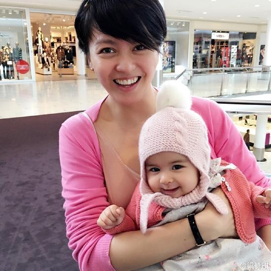 梁咏琪与女儿合照