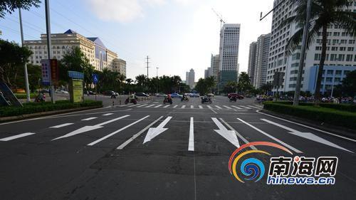 玉兰路至丘滨路口路段缩小现有车道,由原来的单向三车道增加为四车道。图为新划设的地面标线和箭头。南国都市报记者陈卫东摄