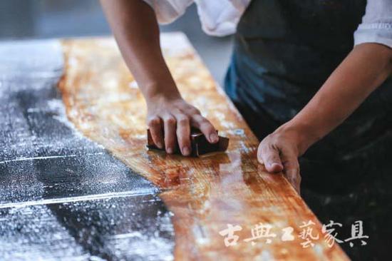 做漆器是手艺亦是艺术,太仆漆器最欢迎之处就在于它合乎古典与现代审美的艺术性。老林手下似随意点下的大漆,于日后都是一幅幅独特的画。