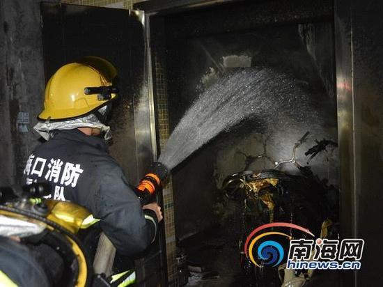 海口消防官兵在着火现场展开灭火(通讯员吕书圣摄)