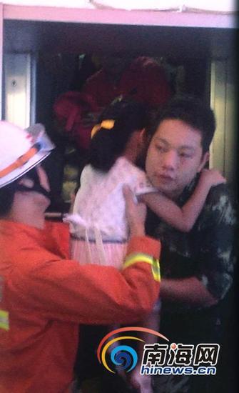 海口消防官兵在事故现场救援被困人员(通讯员吕书圣摄)