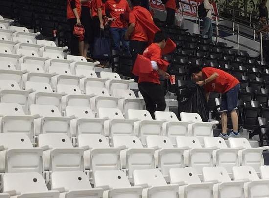 国家球迷赛后盲目清算本方看台渣滓