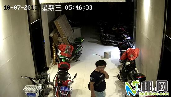 两嫌疑人凌晨潜入国公馆一楼电动车停放处(监控视频)