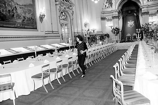 工作人员在白金汉宫的宴会厅精心准备。黄培昭摄