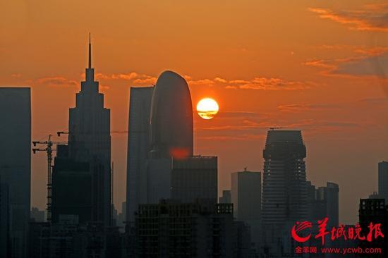今晨天边现奇观 嫦娥太白携手行 6时20分一轮红日升东方 郑迅摄