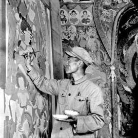 段文杰在敦煌壁画前描摹修复。