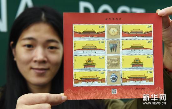10月9日,浙江邮票公司工作人员在展示《故宫博物院》特种邮票。