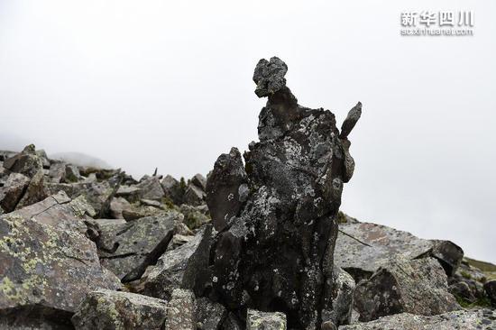 """奇石滩中形态各异的奇石,这尊酷似""""孙悟空""""(10月8日摄)。"""