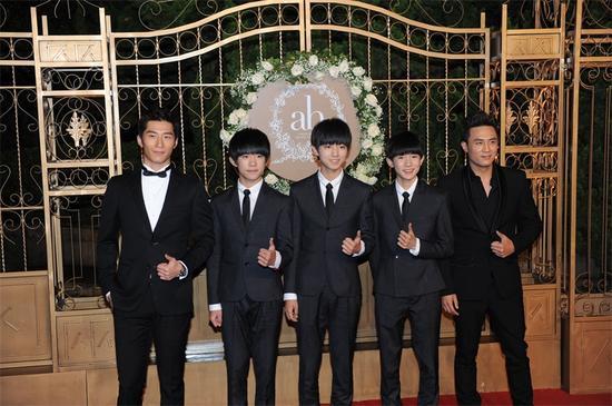 窦骁与节目成员一起亮相婚礼红毯