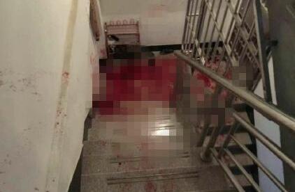 案发现场的楼梯血迹斑斑