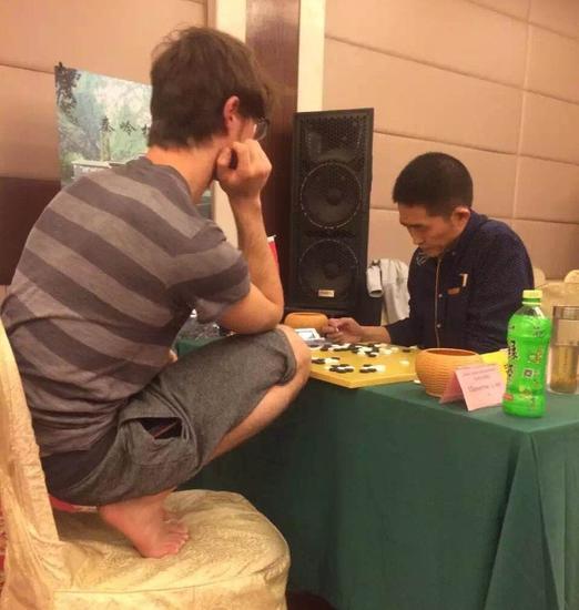 外国棋手蹲着下棋