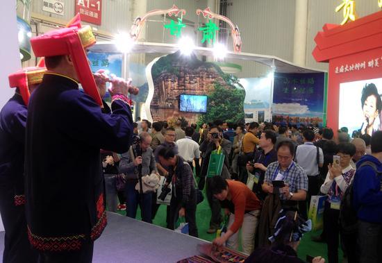 图为森林旅游节海南馆内 黎族八音表演