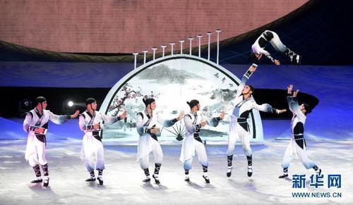 """中国江苏射阳杂技团的演员在开幕式上表演《""""扇舞丹青""""——头顶技巧》"""