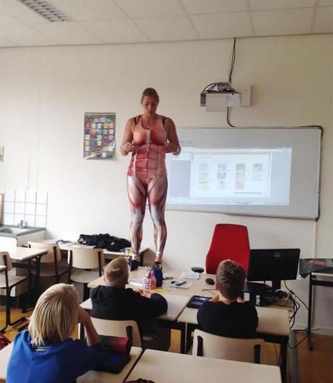 德比·希尔肯斯站在讲桌上讲授人体知识