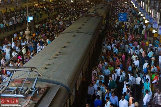 在印度Chhatrapati Shivaji火车站,人群正在等待上火车。