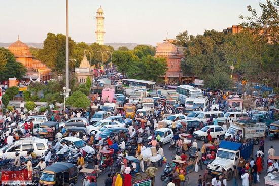 在印度拉贾斯坦邦,拥挤的人群和交通工具占满了街道的空隙。