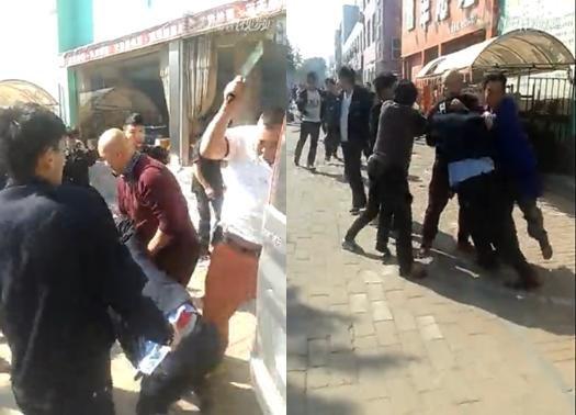 左:城管队员与商贩互相冲突;右:白衣男子持菜刀砍向城管队员背部。视频截图
