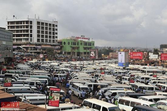 在乌干达坎帕拉,所有的小面包车都停在这里,他们负责将乘客送往各地。
