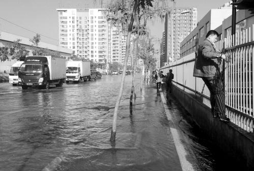 东陵西路自来水管线爆裂。