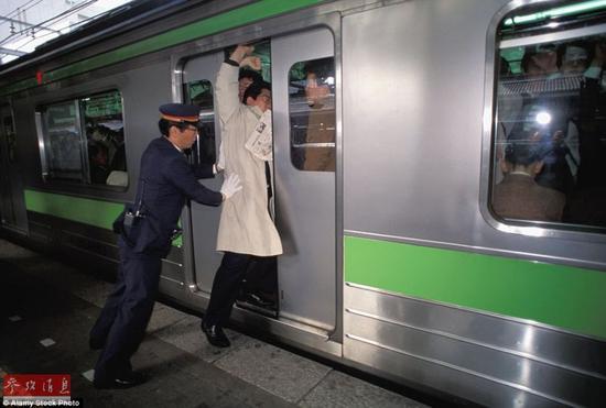 显然在高峰期里来不及顾虑,即使是穿着得体的乘客也被工作人员毫不留情的推上列车。