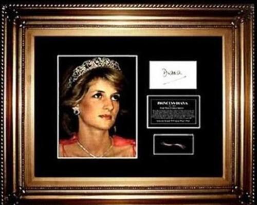 疑似戴安娜王妃小束头发被镶在画框内。