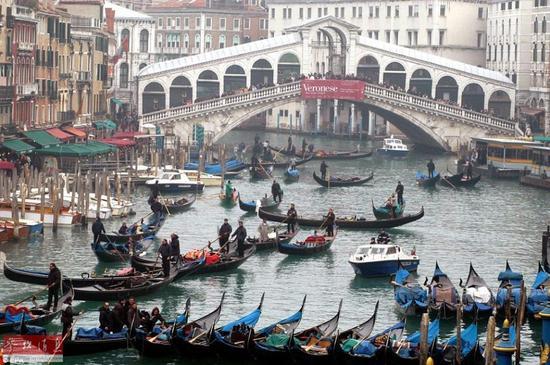 即使是在河面上,高峰时期,威尼斯的船只也会拥堵。