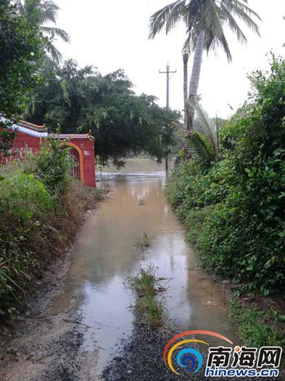 被淹的村道。