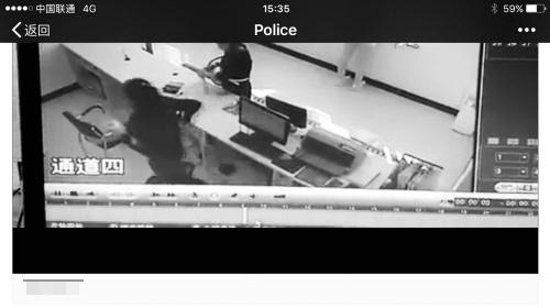 民警接待黑衣女现场视频截图。