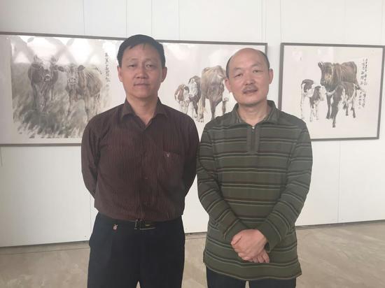 参展艺术家张立奎(左一)郑柏林(左二)