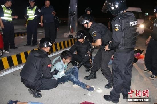 两广警方拦截大客车 抓获3名涉枪疑犯