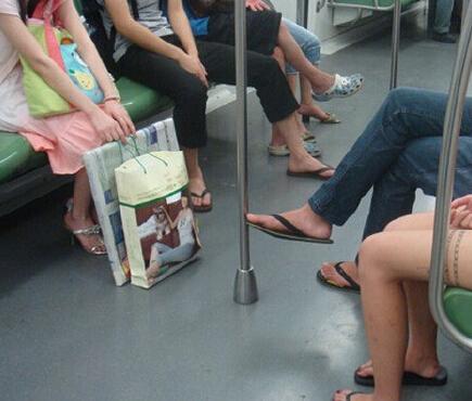 地铁内跷二郎腿。