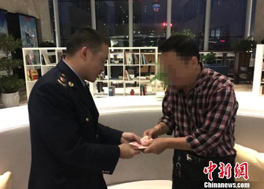 调查执法人员向徐先生退还所购天麻货款4000元