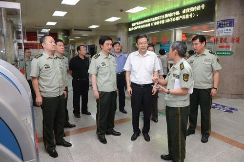 孙志刚任卫计委副主任期间在武警总医院门诊大厅调研。