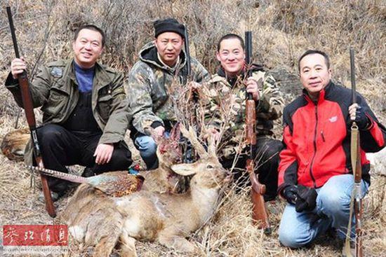 中国富人展示一场狩猎后的成果