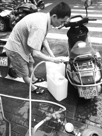 居民在取水点接水