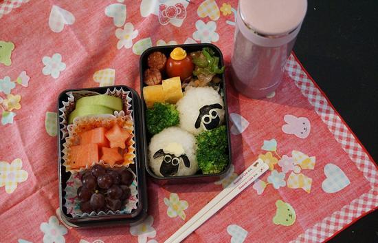 日本11岁的叶香的餐盒非常的具有创意性,里面有一只卡通小羊饭团。(网页截图)