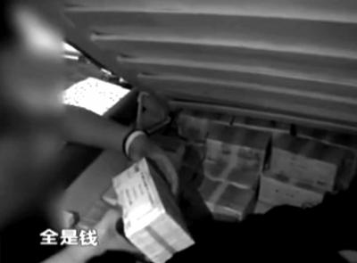 警方从嫌疑人床下起获大量金条。