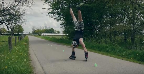 德国小伙发明双手倒立溜冰欲辍学以此谋生(组图)
