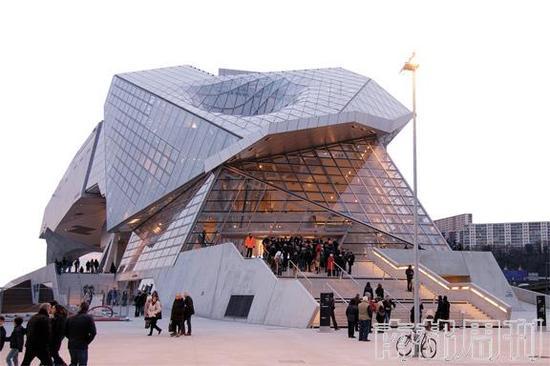 这座博物馆很难不令人过目难忘,这也是法国里昂为了重振自己在人文、历史方面的重要地位而走出的一步棋。