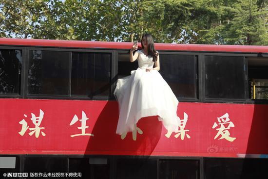 街头现悬浮婚礼 90后行为艺术表达择偶观