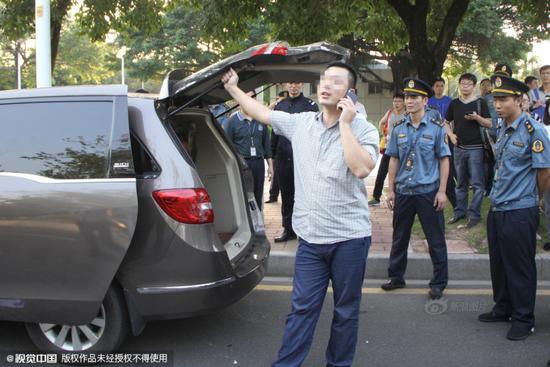 """广州黑车司机自称""""有关系""""抗拒执法"""