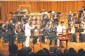 图为二老在国家大剧院参加演出。
