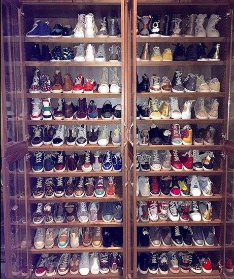 王思聪的鞋柜,摆放着各类球鞋,christian louboutin 和 giuseppe zanotti 最多