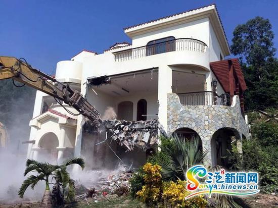 炮机正在拆除违建别墅。(三亚新闻网记者邓松摄)