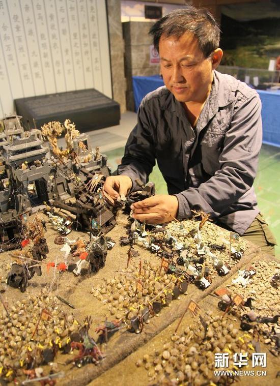 """10月14日,赵志强向记者展示""""石说三国""""。"""